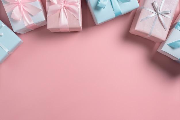 Bovenaanzicht van roze en blauwe geschenkdozen op geïsoleerde