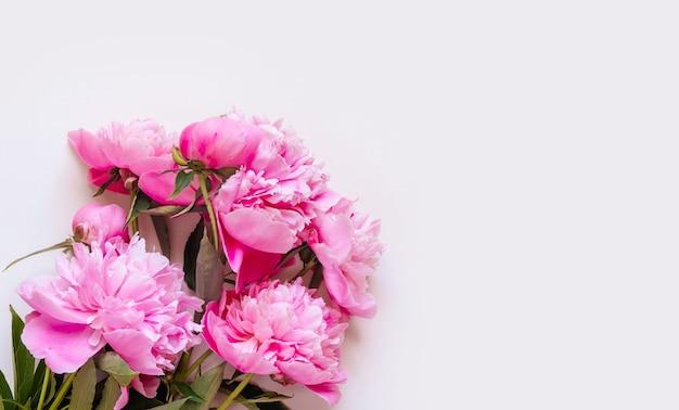 Bovenaanzicht van roze pioenroos bloemen met kopie ruimte. floral achtergrond.