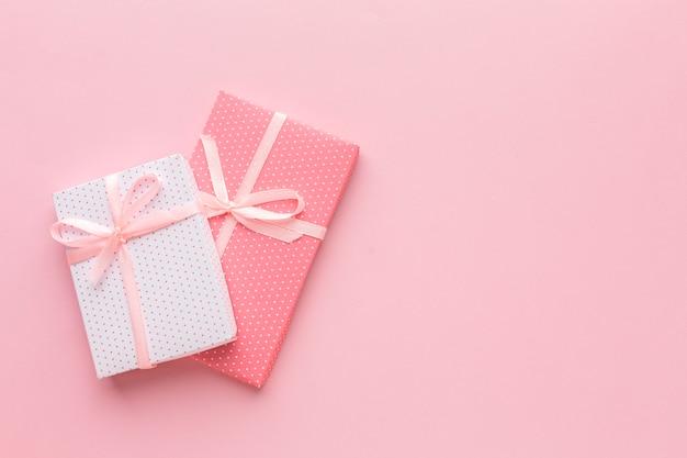 Bovenaanzicht van roze presenteert met kopie ruimte