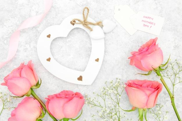 Bovenaanzicht van roze rozen en hart