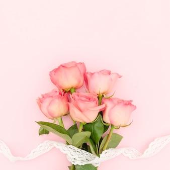 Bovenaanzicht van roze rozen met kopie ruimte