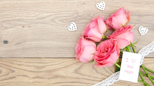 Bovenaanzicht van rozen boeket op houten tafel