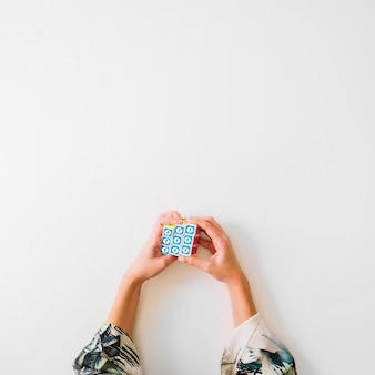 Bovenaanzicht van rubik kubus met facebook-symbool