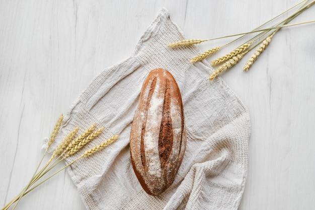 Bovenaanzicht van rue brood op lichte achtergrond