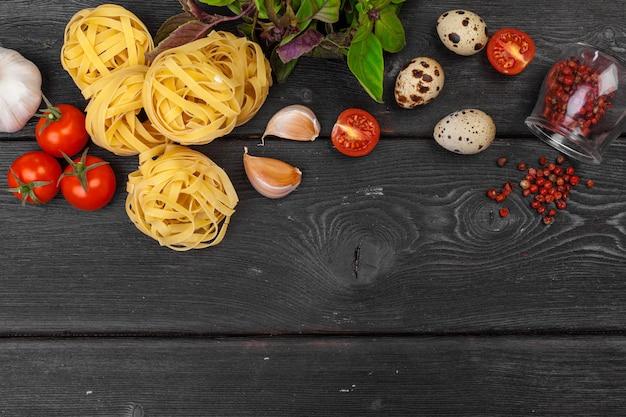 Bovenaanzicht van ruwe italiaanse pasta op zwarte achtergrond