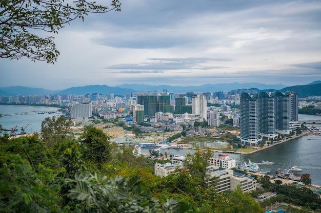 Bovenaanzicht van sainastad hainan, met lokale huizen en luxe hotels en gebouwen. zomervakantieparadijs in azië.