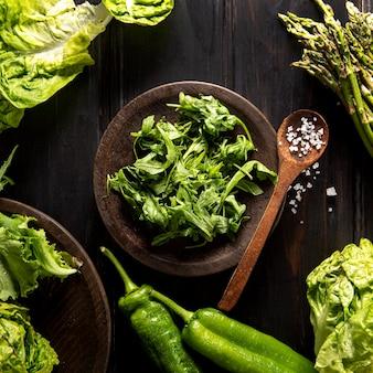 Bovenaanzicht van salade met paprika