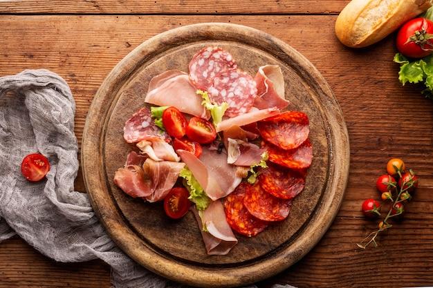 Bovenaanzicht van salami-regeling op bijl
