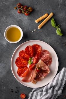 Bovenaanzicht van salami regeling op plaat
