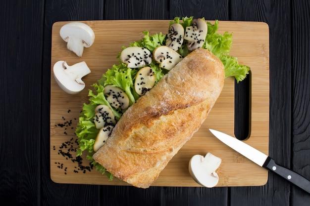 Bovenaanzicht van sandwich met champignons en slablaadjes