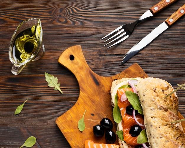 Bovenaanzicht van sandwich met zalm en olijven
