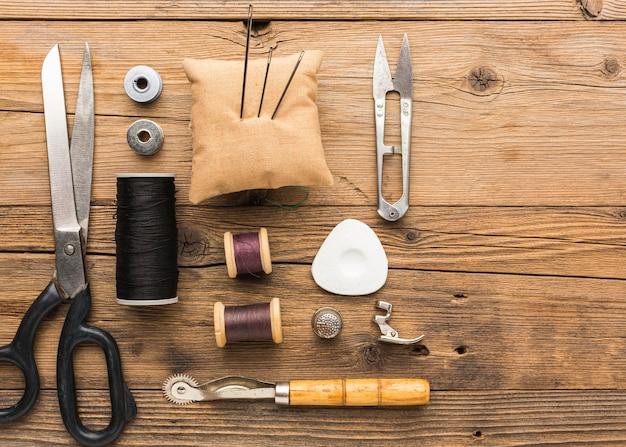 Bovenaanzicht van schaar met draad en naalden