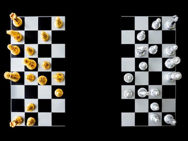 Bovenaanzicht van schaken en schaakbord is in tweeën gedeeld op een zwarte achtergrond.