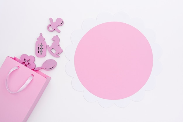 Bovenaanzicht van schattige kleine baby meisje accessoires met kopie ruimte