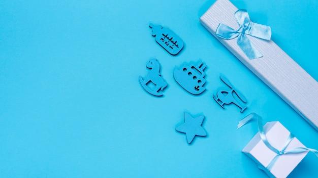 Bovenaanzicht van schattige kleine babyjongen accessoires met kopie ruimte
