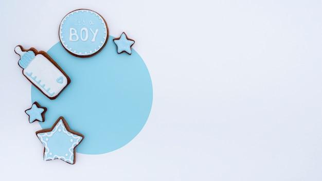 Bovenaanzicht van schattige kleine babyjongen accessoires