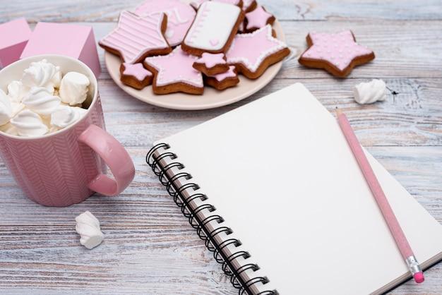 Bovenaanzicht van schattige kleine heerlijke koekjes