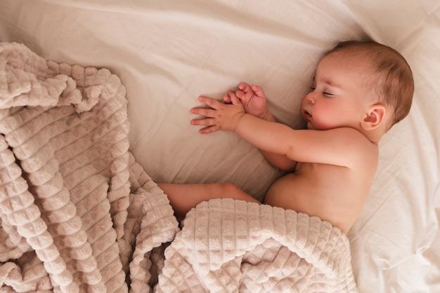 Bovenaanzicht van schattige pasgeboren slapen