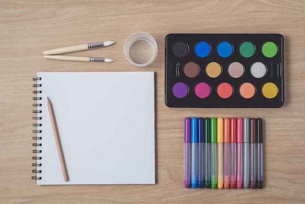 Bovenaanzicht van schilder benodigdheden
