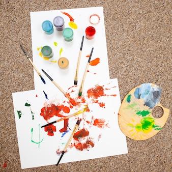 Bovenaanzicht van schilderen gedaan door kinderen met het syndroom van down