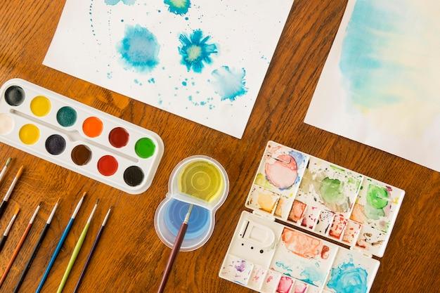 Bovenaanzicht van schilderen met aquarel en borstels
