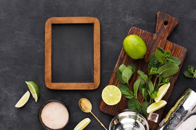 Bovenaanzicht van schoolbord met cocktail essentials en mint