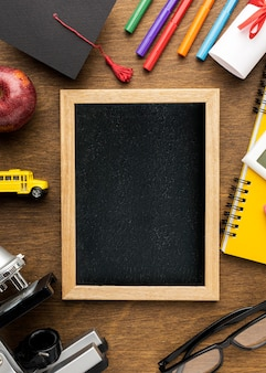 Bovenaanzicht van schoolbord met schoolbenodigdheden