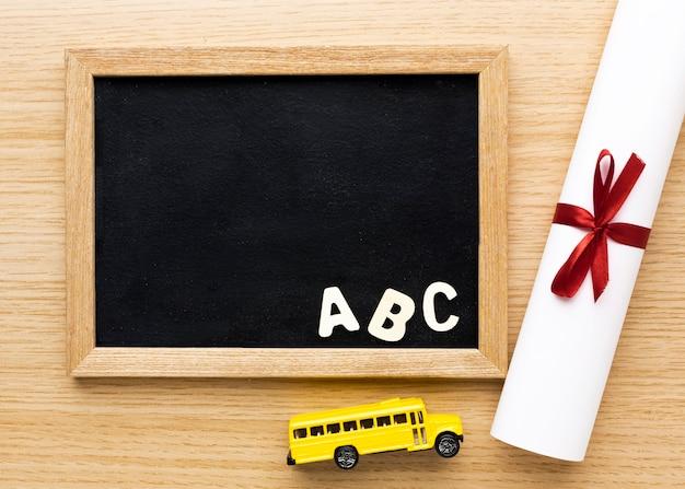 Bovenaanzicht van schoolbord met schoolbus