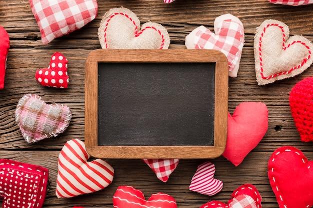 Bovenaanzicht van schoolbord met valentijnsdag ornamenten