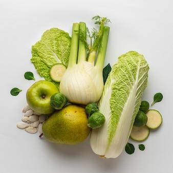 Bovenaanzicht van selderij met appel en peer