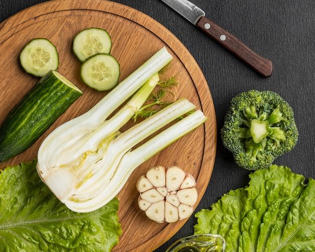 Bovenaanzicht van selderij met knoflook en komkommer