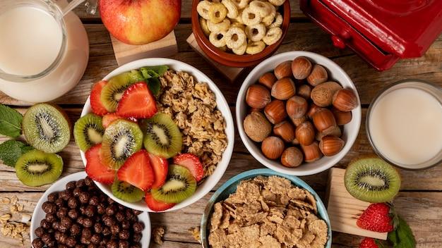 Bovenaanzicht van selectie van ontbijtgranen in kom met fruit