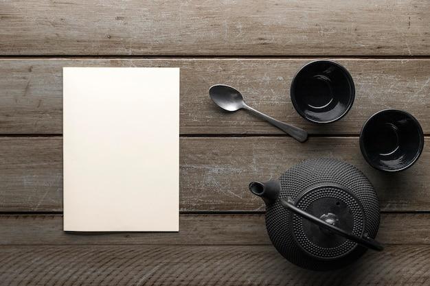 Bovenaanzicht van servies met lepel en theepot