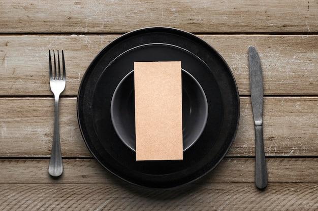Bovenaanzicht van servies met mes en vork