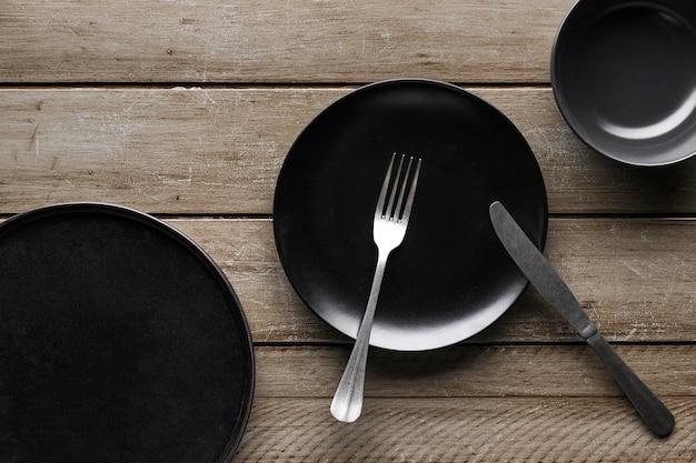 Bovenaanzicht van serviesgoed met mes en vork