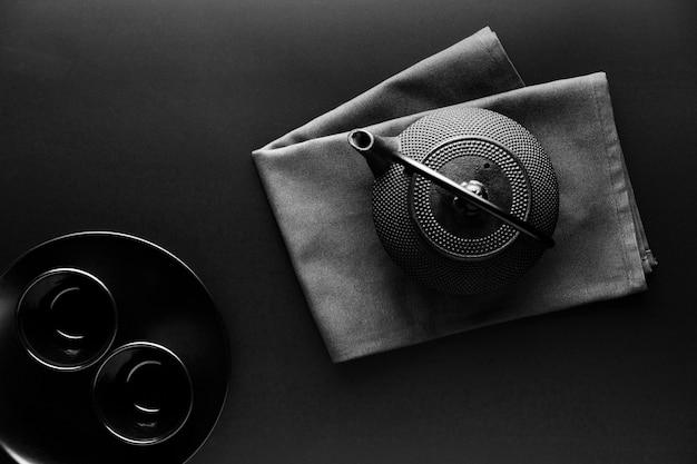 Bovenaanzicht van serviesgoed met theepot