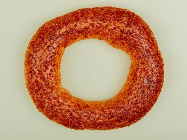 Bovenaanzicht van sesam bagel op witte achtergrond