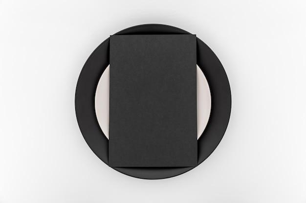 Bovenaanzicht van simplistische blanco menu papier op plaat