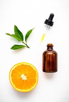 Bovenaanzicht van sinaasappel, fles en druppelaar