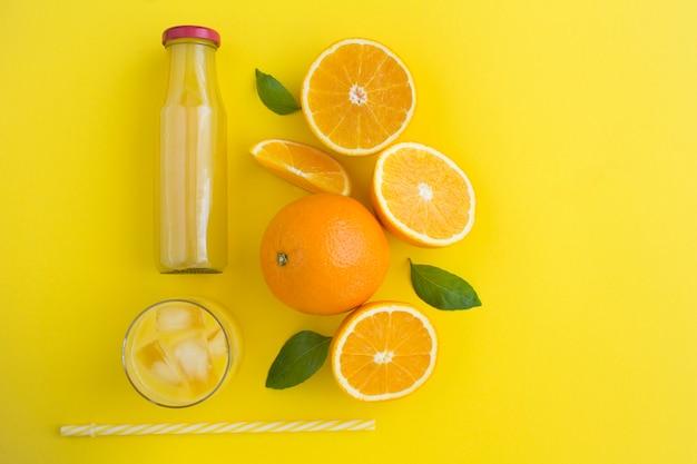 Bovenaanzicht van sinaasappelsap en sinaasappelen