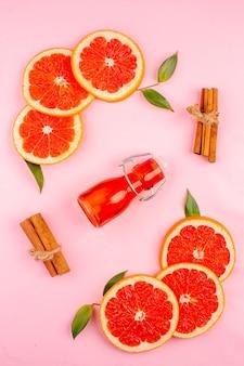 Bovenaanzicht van smakelijke grapefruits op roze oppervlak