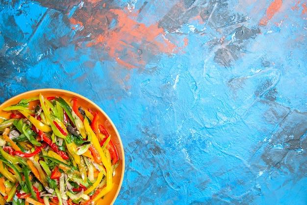 Bovenaanzicht van smakelijke groenten op donkere ondergrond