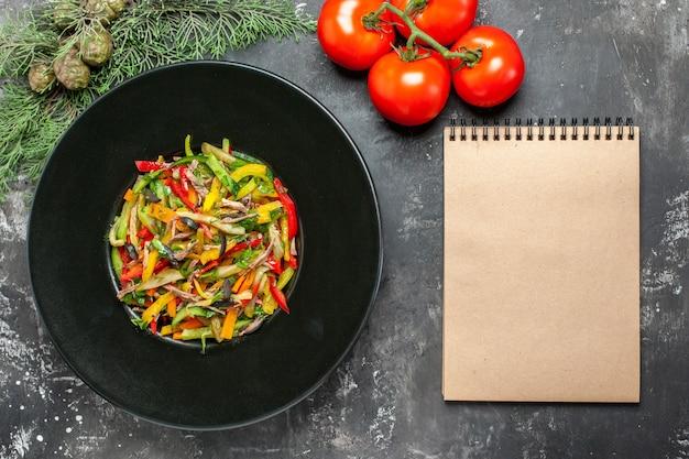 Bovenaanzicht van smakelijke groentesalade op donkere ondergrond