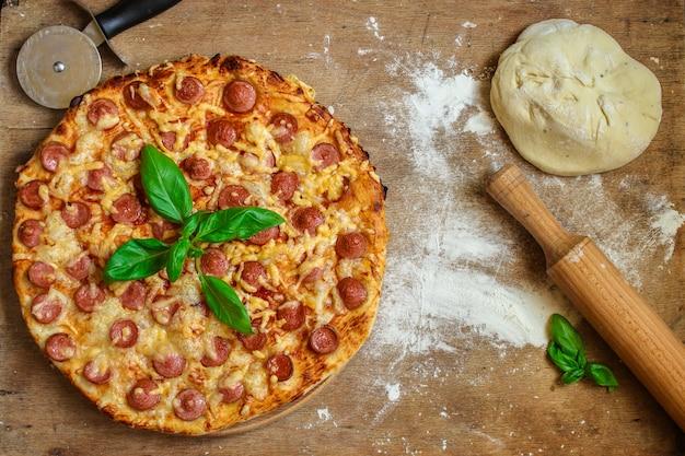 Bovenaanzicht van smakelijke pizza