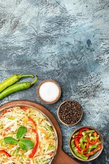 Bovenaanzicht van smakelijke salade met verse groenten op donkere ondergrond