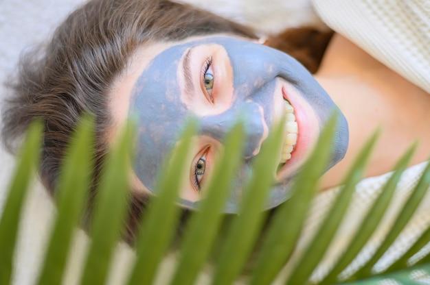 Bovenaanzicht van smiley vrouw met gezichtsmasker