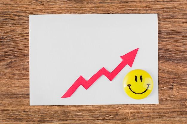 Bovenaanzicht van smileygezicht en groeipijl