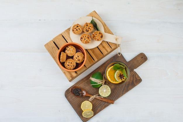 Bovenaanzicht van snacks met kruidenthee