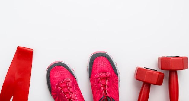 Bovenaanzicht van sneaker met gewichten en kopie ruimte