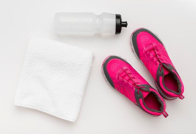 Bovenaanzicht van sneaker met handdoek